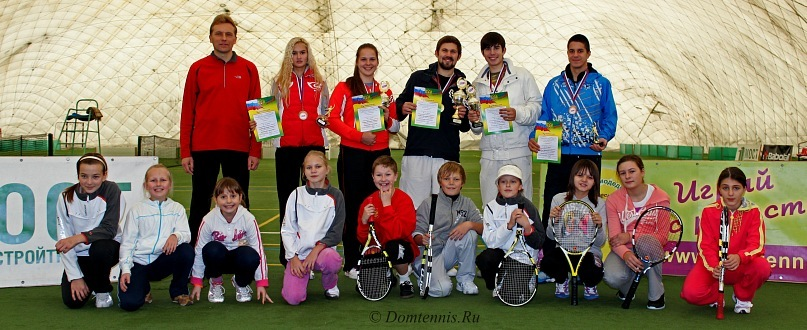Победители Кубка-2011 с юными игроками Клуба